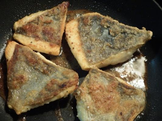オリーブオイルを多めにして熱したフライパンに、小麦粉でまぶした魚を焼きます。