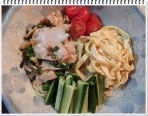 4.皿によく水気を切った麺を盛り、そこに野菜や鶏肉のトッピングを飾り、最後は付属のスープをかけて完成。