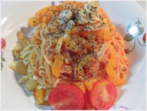 6.お皿に盛り、その上にカリカリにんにくと乾燥バジル、カットしたプチトマトを飾って出来上がり。