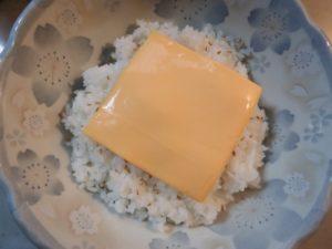 2.次に、とろけるチーズをのせる。