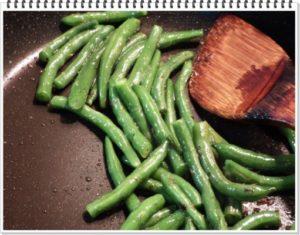 2.ガーリックを炒めて残ったオリーブオイルでボイル済みのいんげんを炒め、クレイジーソルトで味を調える。