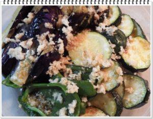 3.ごま油で揚げた野菜を深皿へ移し、この上におろししょうが、だし醤油をかけて馴染ませる。
