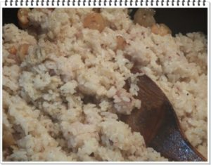 7.雑穀ご飯を加えて炒め、クレイジーソルトで味を調え、そしてガーリックを加えて混ぜ合わせてから火を止める。