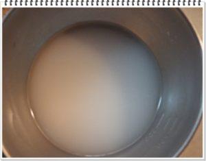 2.水で溶いた片栗粉をスープに少しずつ加える。