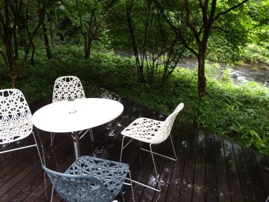 雨の中のハレニレテラス