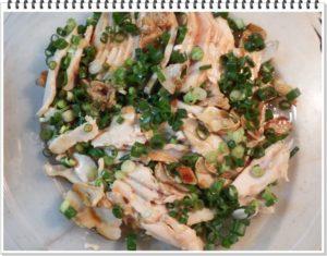 4.深めの皿に生協のむし鶏をのせ、焦がしにんにくと小ねぎをかけ、先ほどの3番をかけ、ラップをかけて1時間ほど冷蔵庫にて味を馴染ませる。