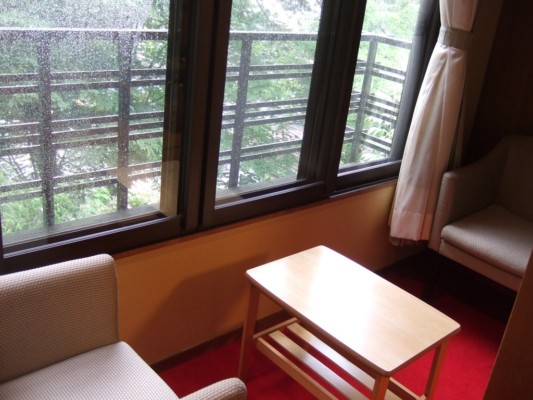 桂 窓際のテーブル&ソファー