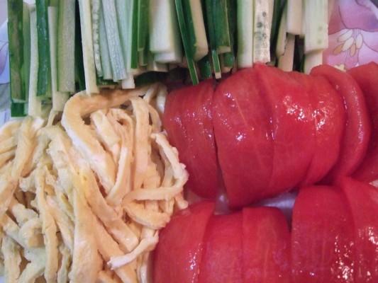 3.錦糸卵の他に、千切りしたキュウリ、カットしたトマトを準備する。