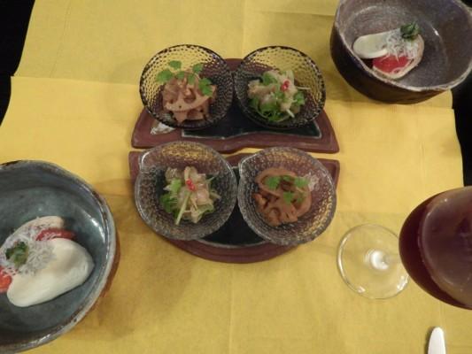 夕食の各小鉢は、左は魚の和風マリネ、右は根菜のクルミ和え
