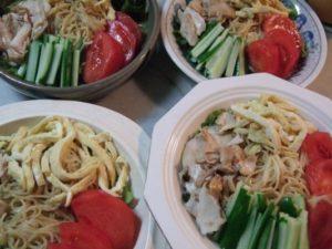 9.各野菜と鶏肉のトッピングを盛り、最後に白ごまとクルミだれを少々かけて完成。