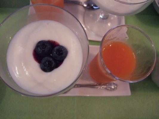 ヨーグルトとフルーツジュース