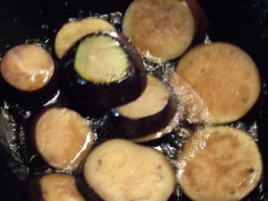 最後に丸茄子を揚げる
