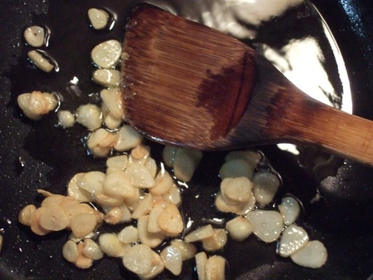 2.スライスしたにんにくをオリーブオイルでカリカリキツネ色になるまで炒め、一旦お皿へ移しておく。