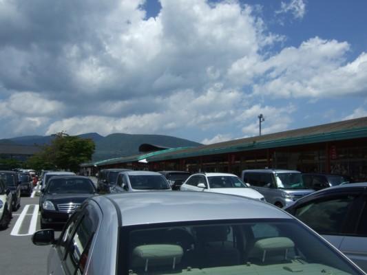 平日だというのにアウトレットの駐車場が満車状態。