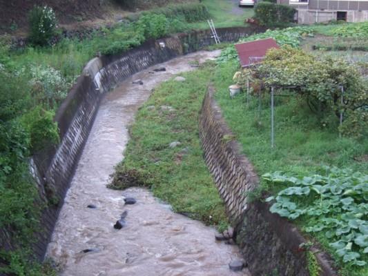 雨が降った後の湯川