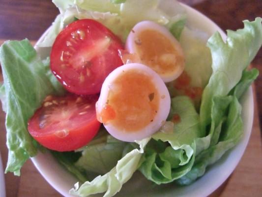 セットのミニサラダも半熟うずらの卵入り