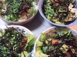 6.仕上げに刻みのりや分葱、白ごまをふり、オリーブオイルをかける。