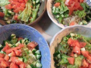 6.野菜と薬味のトッピングを盛り、仕上げにオリーブオイルをまんべんなくかける。