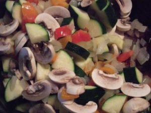 1.オリーブオイルで野菜を炒める。
