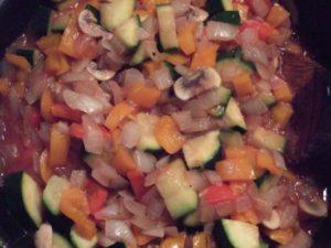 2.野菜に火が通った頃、赤ワインとトマトピューレ、クレイジーソルト少々、ブラックペッパー少々、乾燥バジルを加えて煮込むようにする。