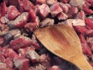 2.クレイジーソルトでしっかりと味付けした牛肩を加えて炒める。
