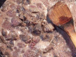 3.肉が火を通る頃、赤ワインを多め加えて煮込むようにする。