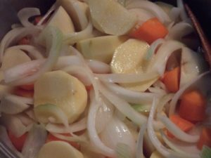 4.熱した大鍋にオリーブオイルを引き、スライス済みの玉ねぎとにんにく、にんじん、じゃがいもを炒め、クミン(粉末)も加える。