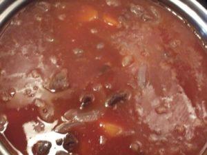 6.トマトピューレと水を加えてじっくり煮込む。
