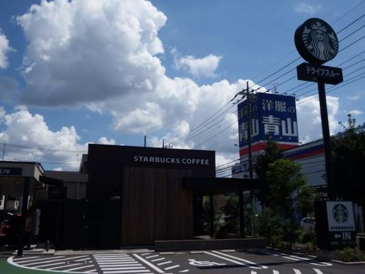 国道463号沿い、洋服の青山の前にスタバ所沢けやき店があります。写真の通り、駐車場もゆったりスペースです。