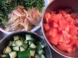 2.各野菜や薬味をカットして準備しておく。