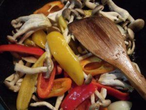 1.まず盛り合わせを作る。ぶなしめじとカラーピーマンをオリーブオイルにて炒める。その時、人参グラッセも作る。