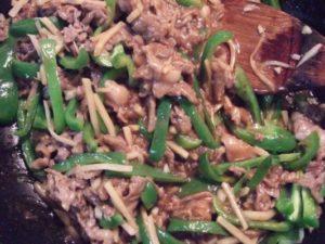 4.野菜に火が通ったら、先程炒めた牛肉を戻し、最後にソースを加えて混ぜ合わせるのみ。