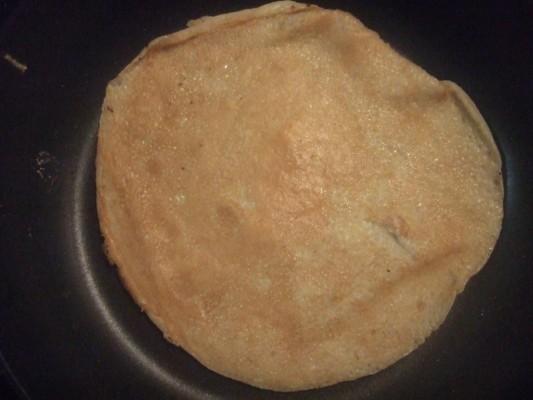 4.ほんのり余った最後の生地はクレープとして焼いた。牛乳をちょっと足し、ボールの周りにこびりついた全粒粉など寄せ集めてねっとり混ぜ、フライパンに薄く焼く。