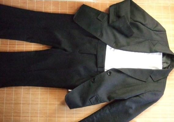 1.ネイビースーツに同系色のパンツにて上下統一