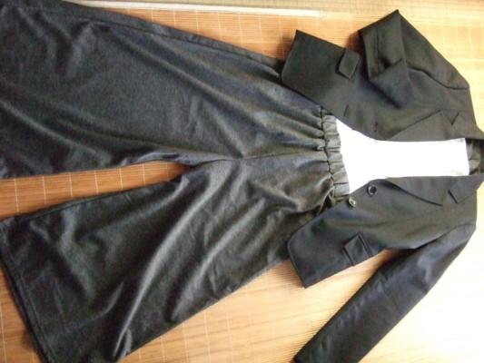 2.ネイビースーツにグレーのワイルドパンツ