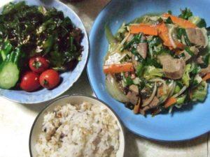 中華風わかめサラダと韃靼そば&雑穀ご飯を添え、これで我が家の食卓が完成です!