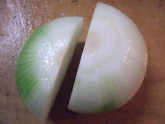 1.まず1玉の玉ねぎを半分以下に切り、小さい方をステーキソース、残りの大きい方はサラダに使う。リンゴも半分だけステーキソース。