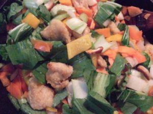 3.野菜を加えて炒める。火加減はじっくり弱火で炒めた方が旨味を逃すことがはない。