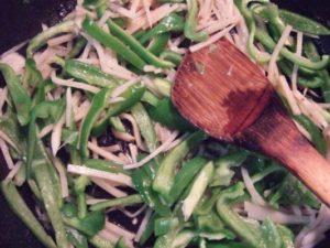 3.その後、ごま油を引いて野菜を炒める。
