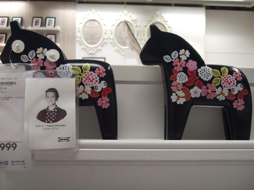 """デザイナー(Paulin achado)が考えたデコレーション ウマ¥999です。つまりスウェーデンの民芸品""""ダーラナホース""""だと言えます。日本でいえば福島県三春町の民芸品""""三春駒""""に当るイメージです。"""