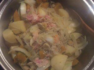 1.大鍋にごま油を引き、カットした根菜類と豚肉を焦がさないように弱めの火で炒める。そして、白だし、だし醤油、醤油、料理酒を少々調える。