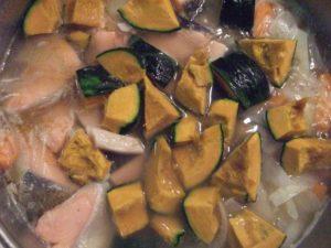 5.かぼちゃを加える。※煮崩れしやすいかぼちゃは後から入れるのがポイント。
