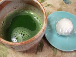 抹茶を立てた後、松江銘菓『朝汐』と