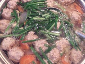 3.沸騰し始めたら、鶏団子を丸めて加え、肉に火が通ったら、ニラと豆もやしを加え、醤油と塩コショウ少々で味を調える。仕上げに香りにごま油を数滴垂らす。