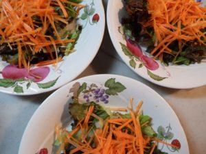 2.各皿にあらかじめ契ったサニーレタス、細かく千切りカットしたにんじんを盛る。