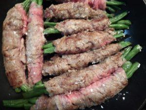 4.同じフライパンに肉巻きをのせ、中火で表面を焼く。