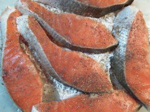 5.紅鮭の切り身に岩塩とブラックペッパー少々、片栗粉で軽くまぶす。