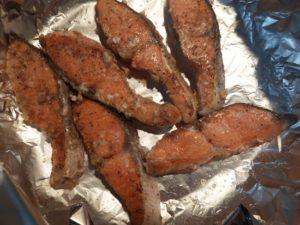 6.フライパンにオリーブオイルを熱し、紅鮭を両面こんがりと焼く。