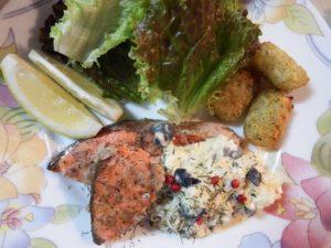 7.レモンなどのトッピング済みのお皿に紅鮭ソテーをのせ、仕上げに(B)、ディル、ピンクペッパーを付ける。