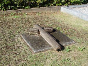 木の十字架が寝かせてあるお墓